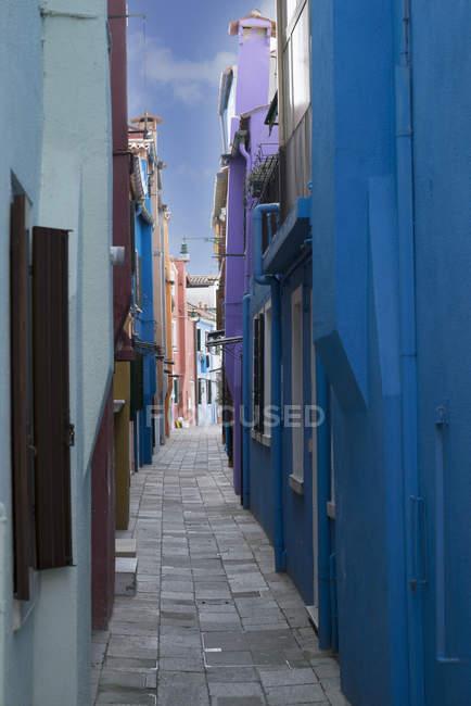 Multi couleur loge dans une petite ruelle, Burano, Venise, Vénétie, Italie — Photo de stock