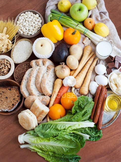 Frische Lebensmittel auf Tisch — Stockfoto