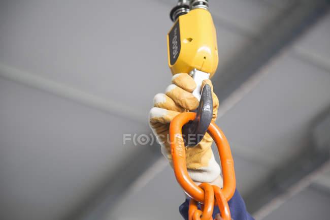 Працівник рука регулювання Таль ланцюгова в індустріальному — стокове фото