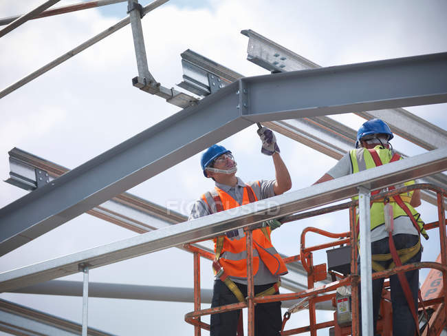 Construction workers in cherry picker — Stock Photo