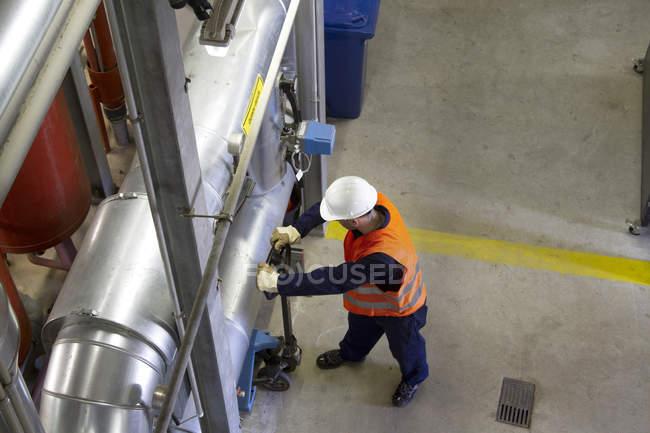 Високий кут огляду техніки з Палетна візок в електростанції — стокове фото