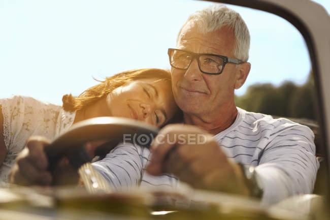 Coppia in auto, la testa sulla spalla — Foto stock