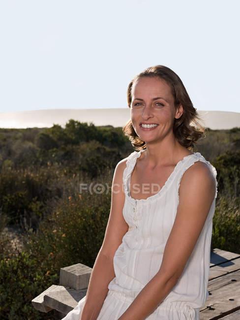 Retrato de sonriente oman al aire libre - foto de stock