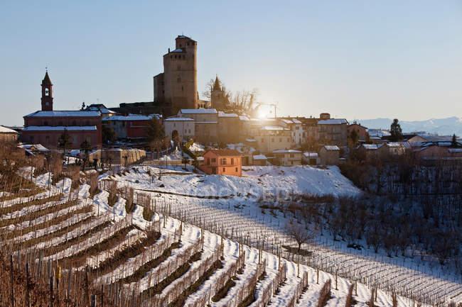 Vue à distance des bâtiments sur la colline rural snowy — Photo de stock