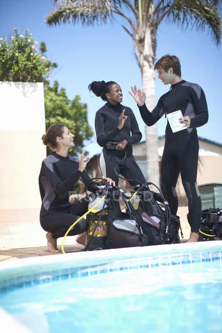 Инструктор по подводному плаванию обучает учеников с аквалангом — стоковое фото