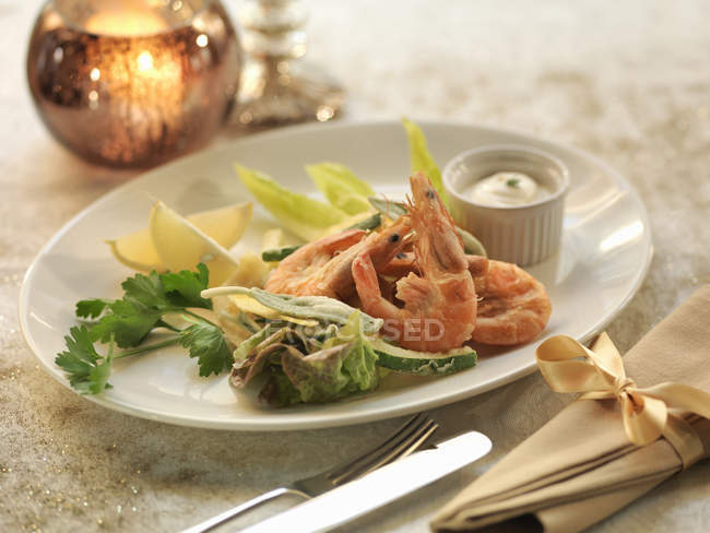 Calamari, king prawns and courgette salad on table — Stock Photo