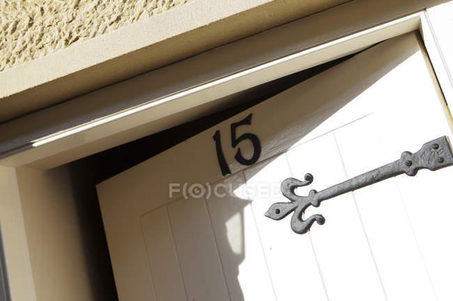 Входная дверь с номером пятнадцать, наклон — стоковое фото