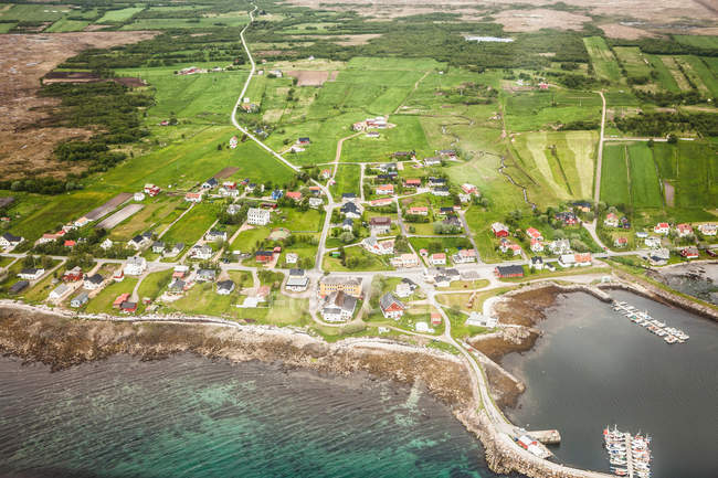 Luftaufnahme von Gebäuden auf grüne Küste — Stockfoto