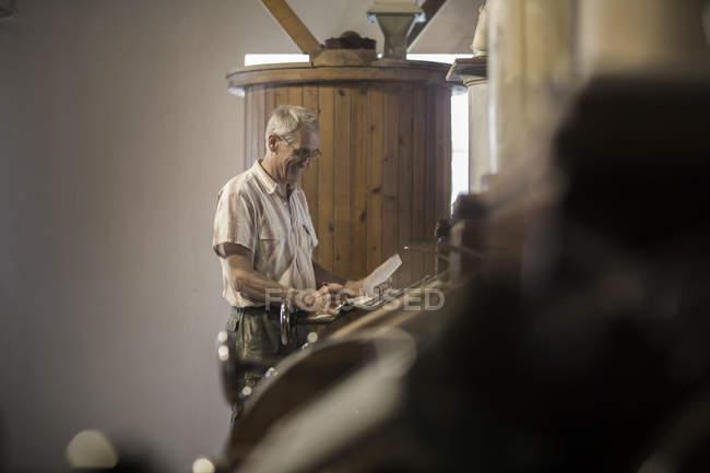 Männliche Miller Überwachung Fräsmaschine bei Weizen-Mühle — Stockfoto