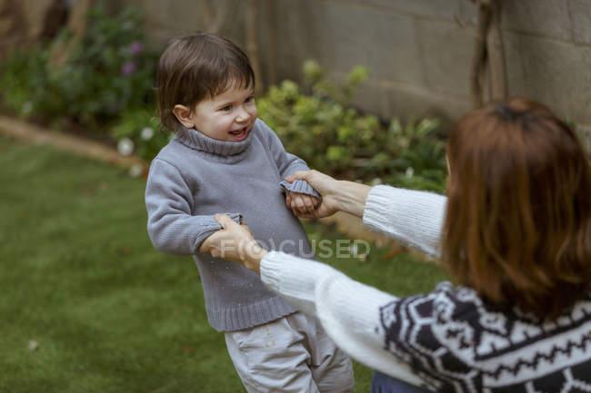 Mère et fille dans le jardin jouant — Photo de stock