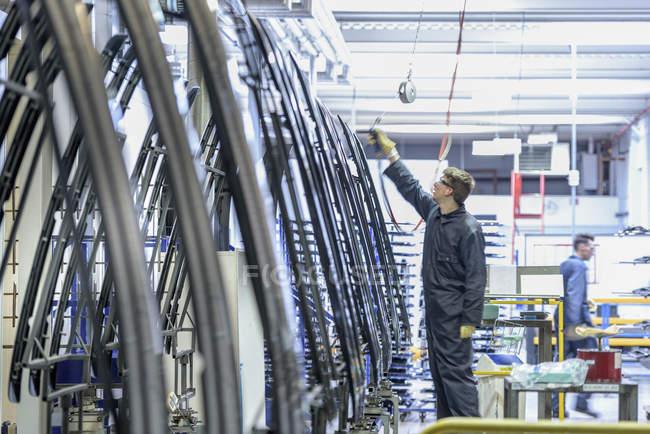 Los trabajadores que limpian piezas en las piezas de automóviles pulverizan la fábrica - foto de stock