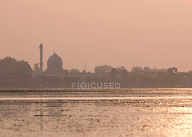 Santuário de Hazratbal no lago Dal. MoIe Muqqadas do Profeta islâmica Maomé, Srīnagar, Caxemira, Índia — Fotografia de Stock