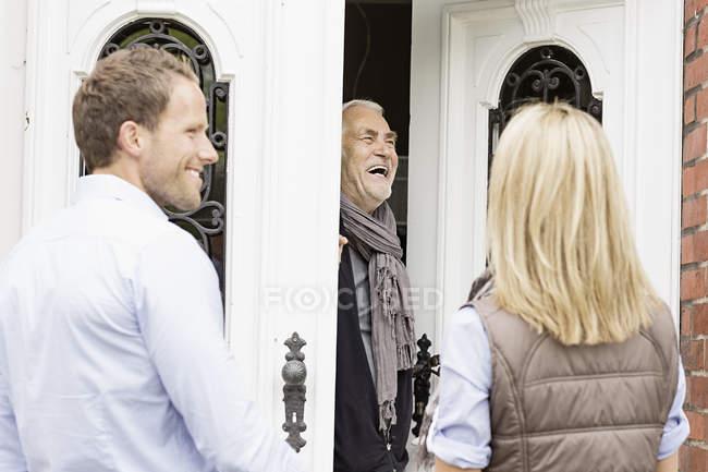 Vater lachen Haustür öffnen — Stockfoto