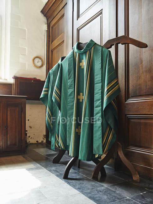 Зелені релігійних халати висить в інтер'єр храму — стокове фото