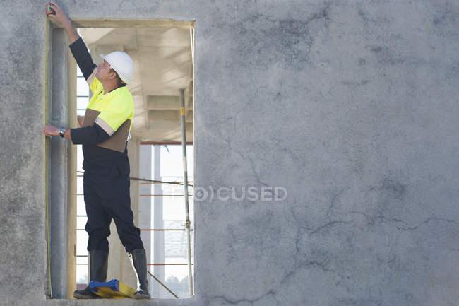 Il gestore del sito raggiunge per controllare la porta sul cantiere — Foto stock