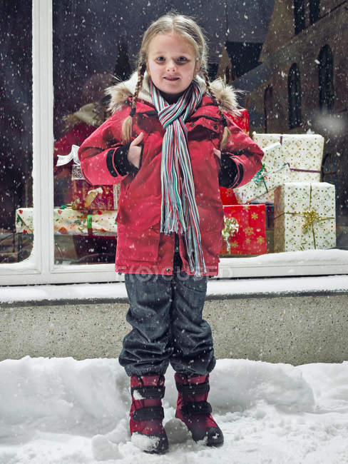 Ragazza sorridente in piedi nella neve, messa a fuoco selettiva — Foto stock