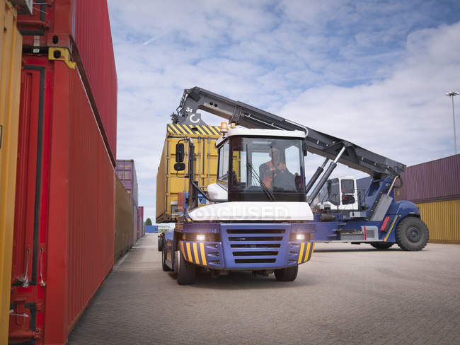 Укладка кранов из грузовых контейнеров в порту — стоковое фото