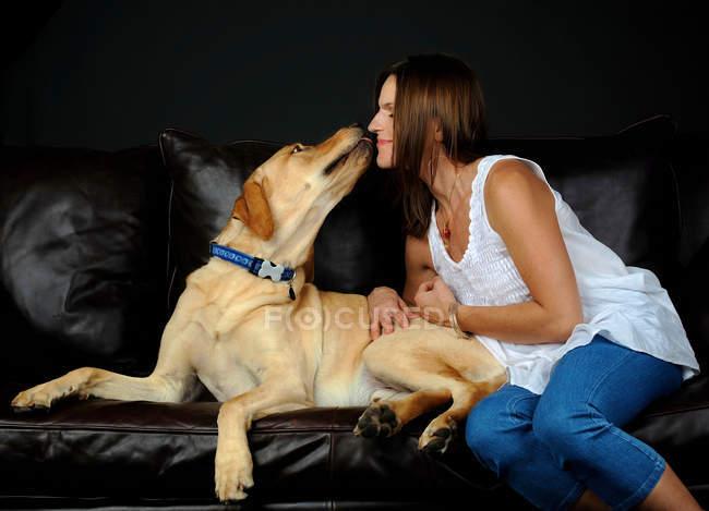 Porträt des Labrador Retriever und Eigentümer auf sofa — Stockfoto