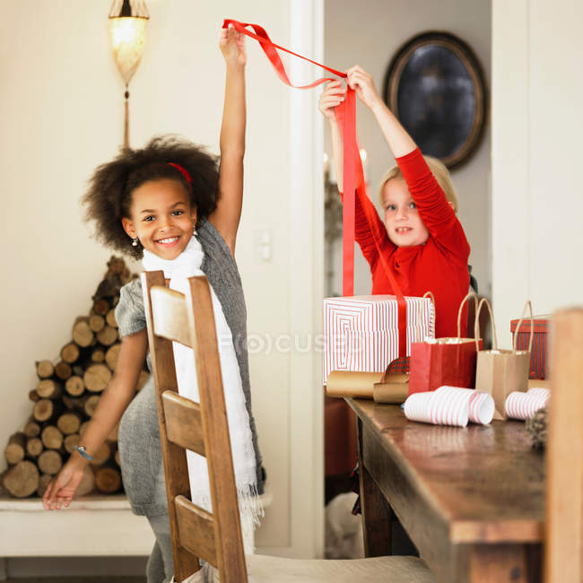 Meninas que envolvem presentes de Natal — Fotografia de Stock