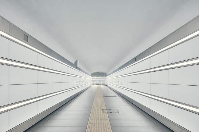 Abnehmender perspektivischer Blick auf den Bologna-Bahnhofstunnel, Bologna, Italien — Stockfoto