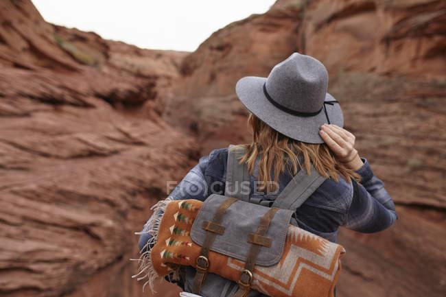 Mulher que caminha na página, o Arizona, EUA — Fotografia de Stock