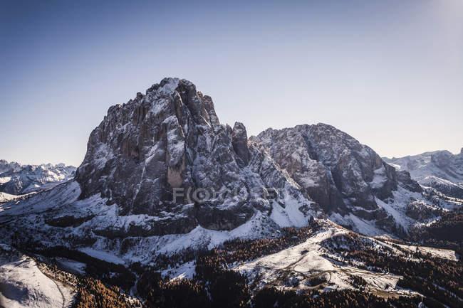 Snowcapped гори під зніміть Синє небо — стокове фото