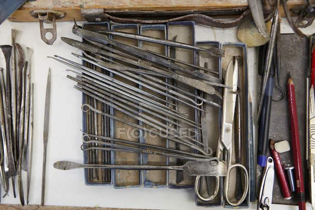 Outils à main poterie sur table, vue de dessus — Photo de stock