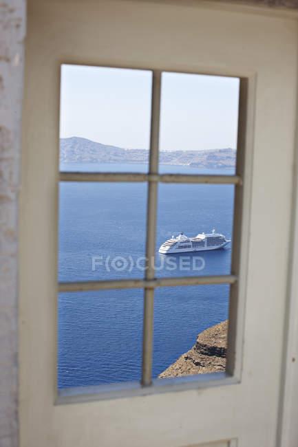 Круизный лайнер из окна — стоковое фото