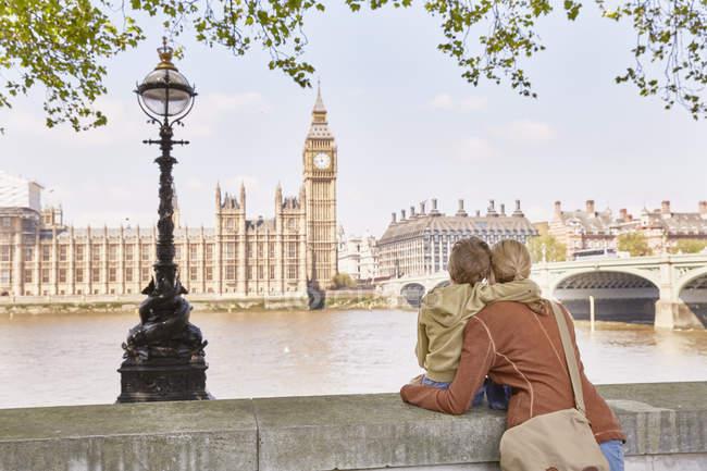 Caucasiano mãe e filho olhando para grande ben, Londres, Reino Unido — Fotografia de Stock