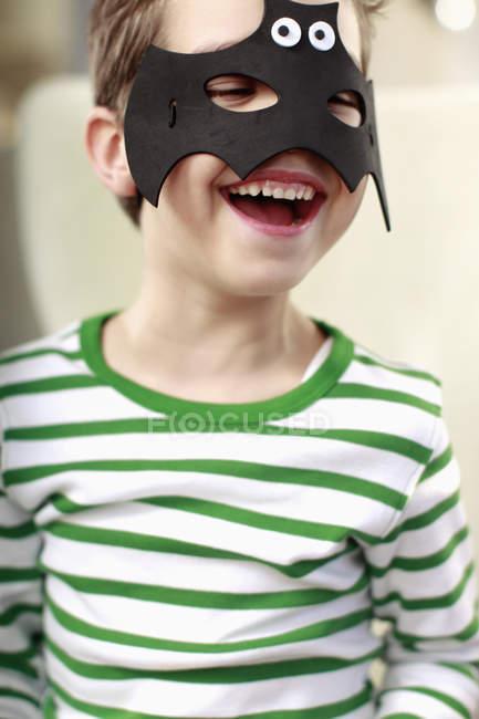 Porträt eines kleinen Jungen mit Fledermausmaske — Stockfoto