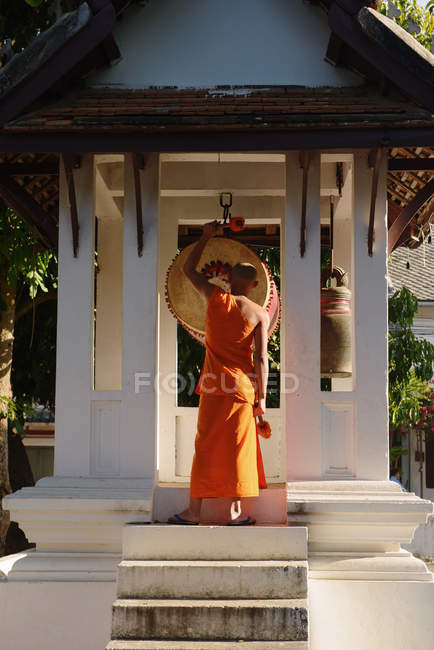 Buddhist monk and temple drums, Luang Prabang, Laos — Stock Photo
