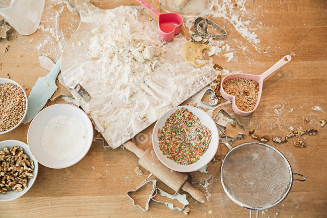 Ingredientes, cozimento molde, tigelas, rolo de massa, peneira na tabela — Fotografia de Stock