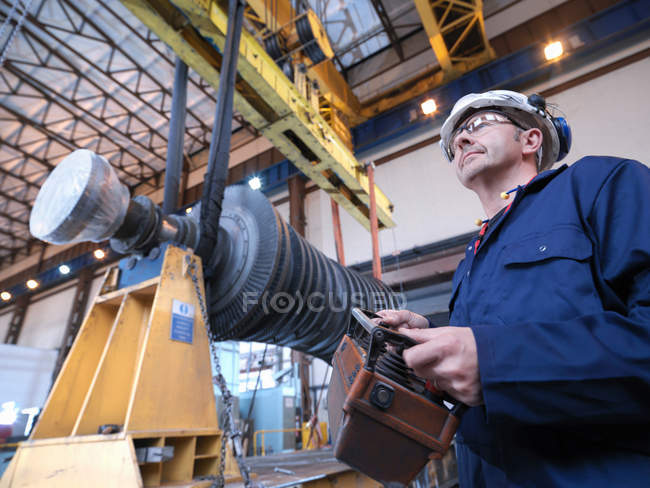 Ingenieur mit Turbine und Kran — Stockfoto