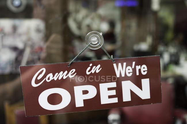 Vue à travers la fenêtre du panneau ouvert dans la boutique — Photo de stock