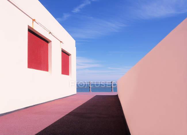 Mar y callejón en Eastbourne - foto de stock