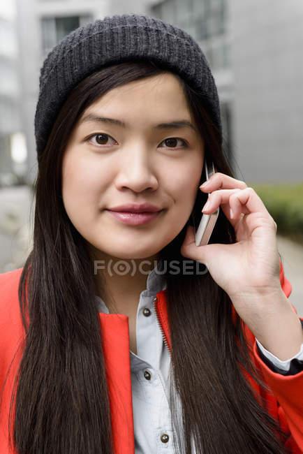 Primer plano de la mujer usando el teléfono celular - foto de stock