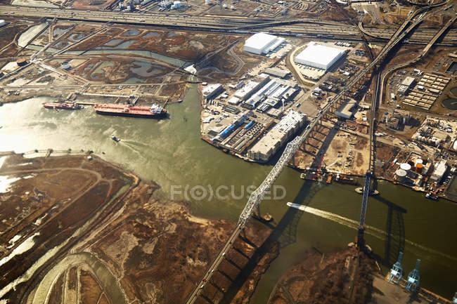 Vista aérea del paisaje de la industria con el río, Nueva Jersey, EE.UU. - foto de stock