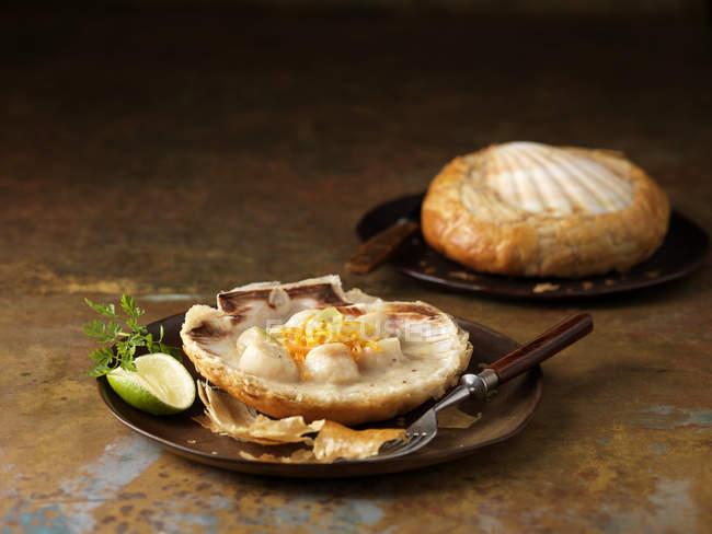 Capesante cotte in guscio con vermut, cerfoglio guarnire e lime — Foto stock