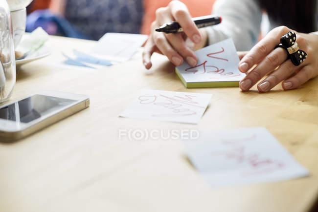 Mulher escrevendo bilhetinhos de amor — Fotografia de Stock