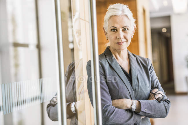 Businesswoman arms crossed looking at camera — Stock Photo