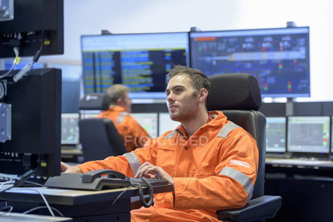 Workers in control room of gas-fired power station — Stock Photo