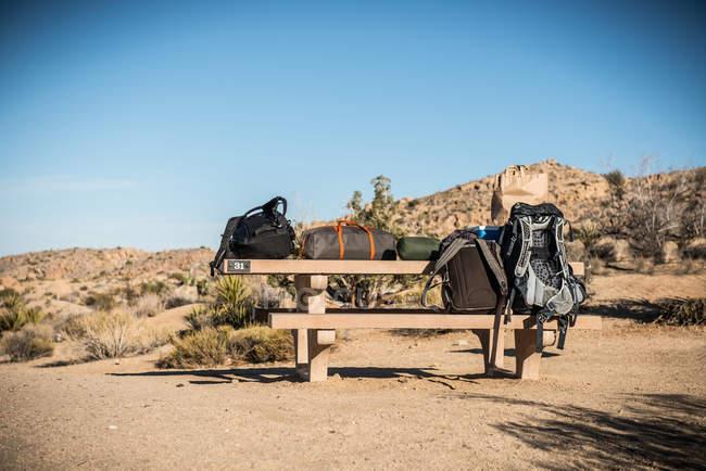 Рюкзаки і багажу на лавці під Синє небо — стокове фото
