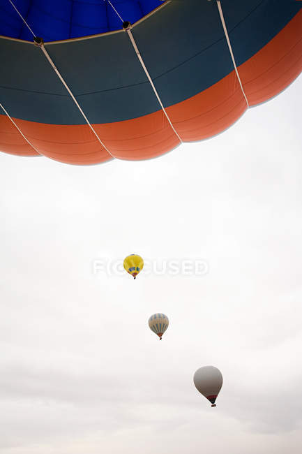 Hot air balloons in cloudy sky — Stock Photo