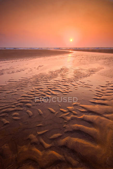 Вода, об'єднані в пісок брижі — стокове фото