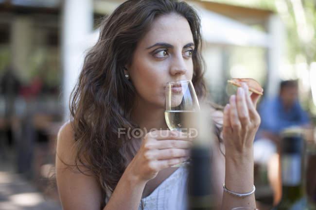 Молодая женщина нюхает вино в винном баре — стоковое фото