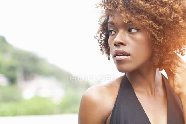 Портрет жінка фотографіях хтось дивитися вбік — стокове фото