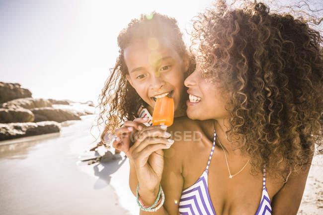 Mädchen und Mutter teilen Eis am Strand, Kapstadt, Südafrika — Stockfoto
