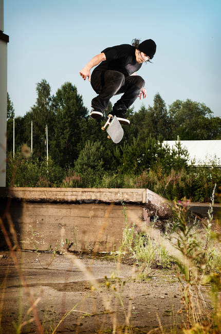 Man skating on grassy wall — Stock Photo