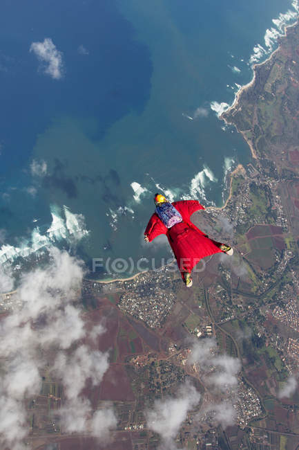 Vue aérienne de femme en wingsuit, vol au dessus de Honolulu, Hawaii — Photo de stock