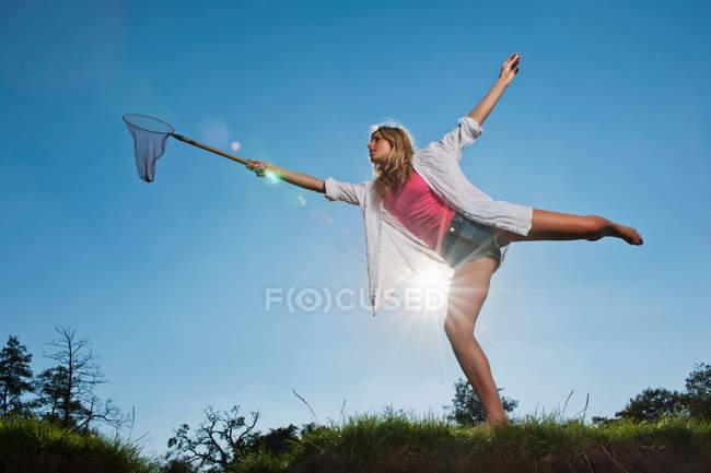 Frau benutzt Schmetterlingsnetz im Freien — Stockfoto